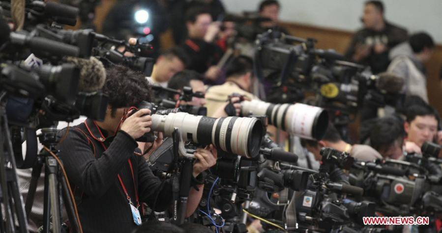 Journalists cover CPPCC annual session